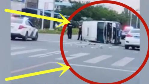运钞车高速侧翻,押运员跳出车外持枪戒备,群众不敢上去帮忙!