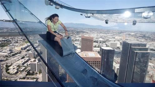 挂在300米高空的滑梯,全透明玻璃打造,14米比140米刺激
