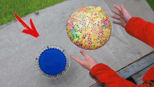 装满水宝宝的气球撞向蹦床,弹跳画面绝美!