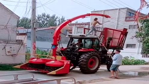 车顶太高碰到村里的电线,司机竟然让老婆上车挑,太危险了!