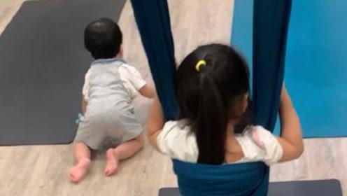 王力宏娇妻带孩子运动 小儿子头顶柚子皮罕见出镜
