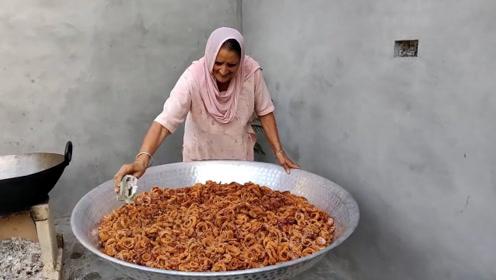 60岁土豪老太村里免费做美食,80斤洋葱,60孩子吃撑了