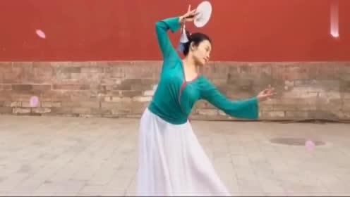 古风舞《不谓侠》,被美女跳出不一样的曲风韵味十足!