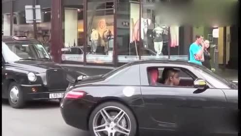 女司机开奔驰进单行道的瞬间,路人投来异样的眼光!