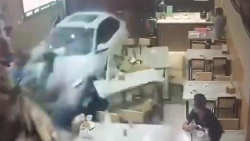 福建一轿车凌晨冲入小吃店 退出后竟二次撞击