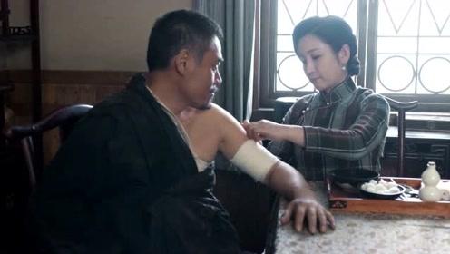 《老酒馆》谷三妹帮陈怀海上药,还有点小淘气,这样会痛的呢