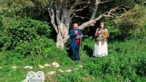 英国女子为阻止当地修路,在家人男友帮助下,与树结婚并改名!
