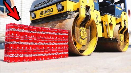 100罐可乐能顶得住压路机吗?二十秒后我知道答案了