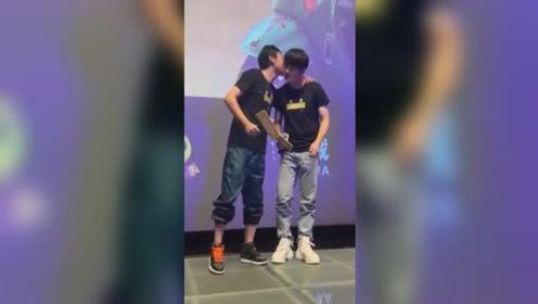 彭昱畅否认片场被欺负 与导演互相亲吻:我们是好兄弟