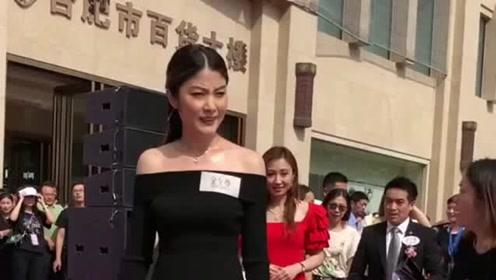 街头偶遇明星陈慧琳,一身黑色的礼服,体现她的女神范!