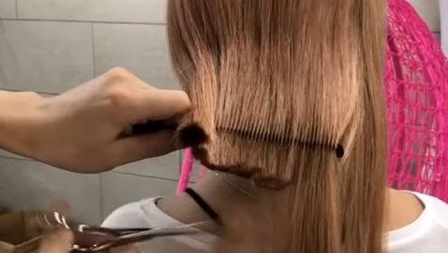 这么长的头发一剪刀就剪短了,看着真是太心疼,要留好长时间