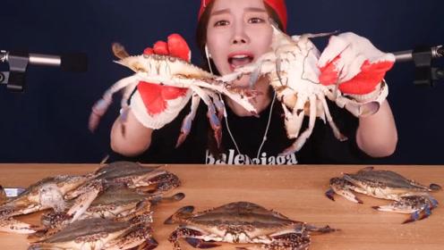 """可爱小姐姐打算""""生吃螃蟹"""",开始连碰都不敢碰,最后却吃嗨了"""
