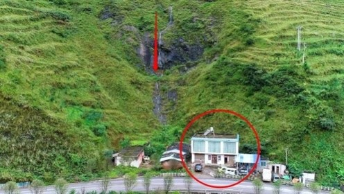 贵州一户人家居住在山下,却不去城里住,竟然是房子后面有一股水