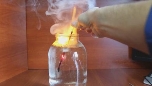 这是什么情况?老外将点燃的火柴放水里,还能继续燃烧!