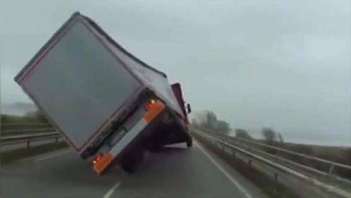 视频车紧跟着大货车前行,谁知不对劲了,下一秒好险