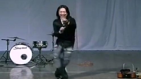 黄渤出道前参加选秀,却被评委直接轰下台,渤哥瞬间尴尬