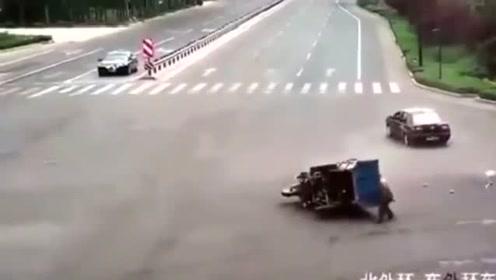 """司机瞬间被""""活埋"""",三轮车和你有仇吧!"""