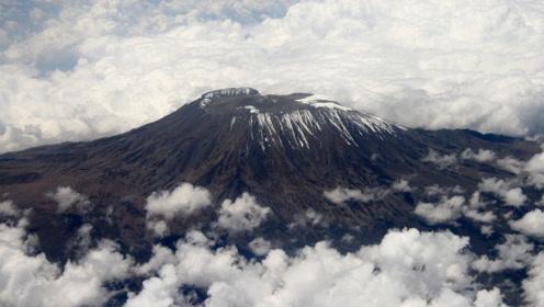 真实存在的赤道雪山:海拔5895米,冰火相融的世界!