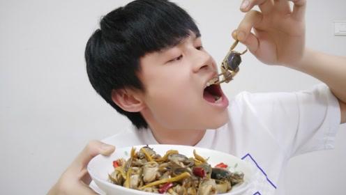 """试吃""""醉蟹""""、酒精味有点重,吃起来嘎嘣脆"""