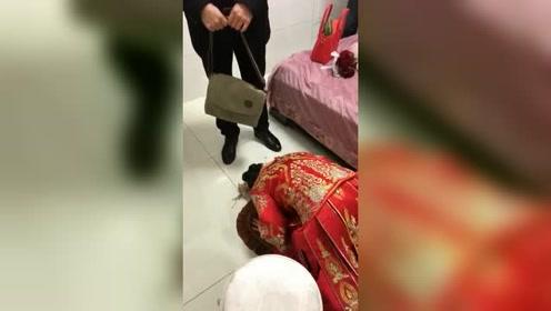 女儿出嫁前的感人画面