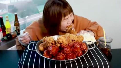 大胃王肥妹吃炸鸡腿,左手一个右手一个直接咬,吃相真豪放!