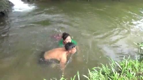 两口子为了抓一条鱼,在河里折腾的太狼狈了!