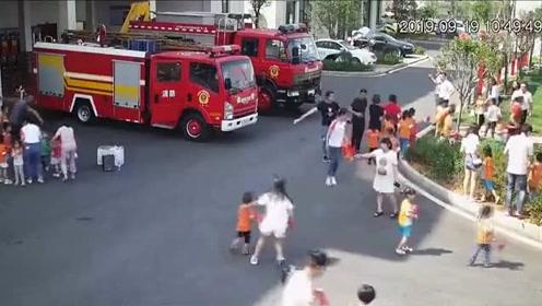 """消防站开放日合影留念,消防员们却突然""""跑了"""""""