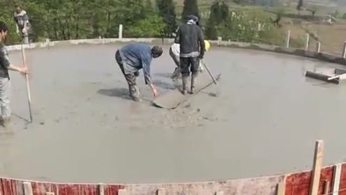 农民工的智慧,刚打的混凝土为防止踩上脚印,他们居然这样做!