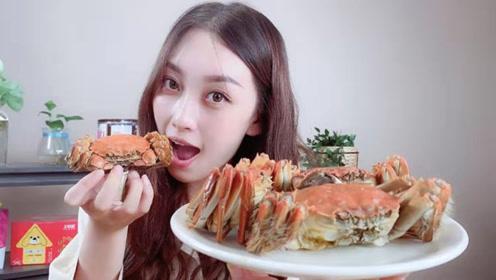 妹子试吃味道鲜美的苏州大闸蟹,满满的蟹黄,吃的满嘴流油