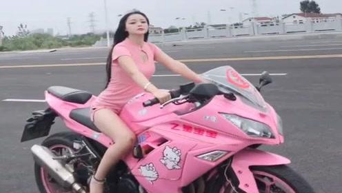 高挑女神骑着摩托车出门了,这气质简直没得挑了,真讨人喜欢!