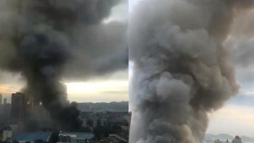 山东烟台一公司仓库突发火灾:火势凶猛,浓烟直冲上天形成蘑菇云