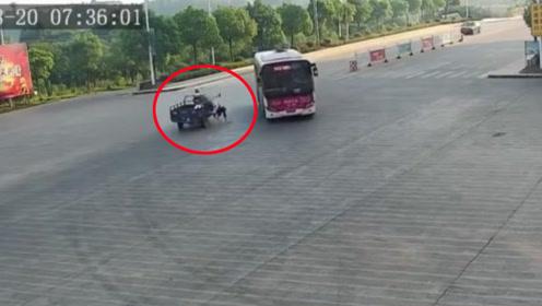 三轮车载人不慎将女儿和外甥女甩出 两人险遭公交车碾压