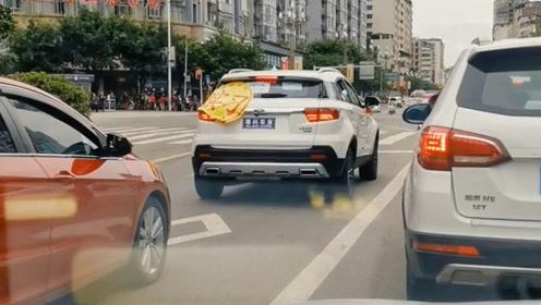 负责任的新手女司机,生怕后车看不见!