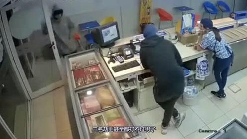 """蒙面男抢劫遇到""""硬茬子"""",活该被打的落花流水"""