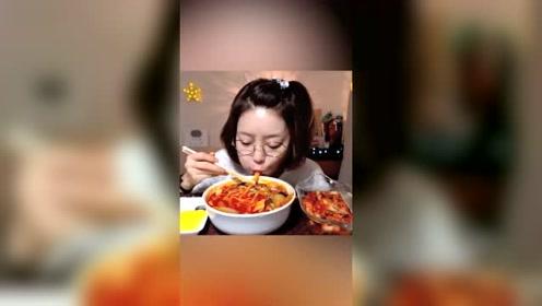 小姐姐吃韩式面条,大口大口抽得好爽,看得直流口水!