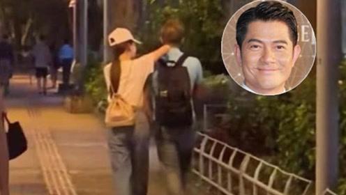 好浪漫!郭富城携小22岁娇妻压马路 手牵手说悄悄话超甜蜜