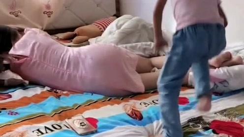 妈妈躺着不起床,谁料熊孩子竟用篮球砸她头,这是亲生的吗?