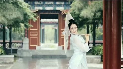 小姐姐舞一曲《左手指月》,舞姿优雅动人,这才是古典美!