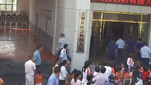 """120名师生和家长参观消防站 合影时消防员却瞬间""""消失"""""""