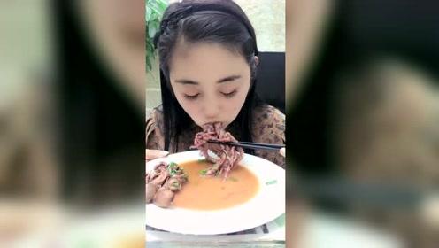美女吃红烧八爪鱼,一口三个
