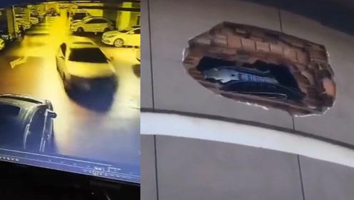 司机3楼停车把墙撞出大窟窿,砖石落下砸伤行人,监拍惊险一幕