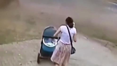 危险来临瞬间,女子直接推开婴儿车,本能性的保护自己!