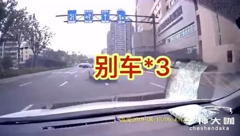 前车礼让行人,后车竟超车前来疯狂别车