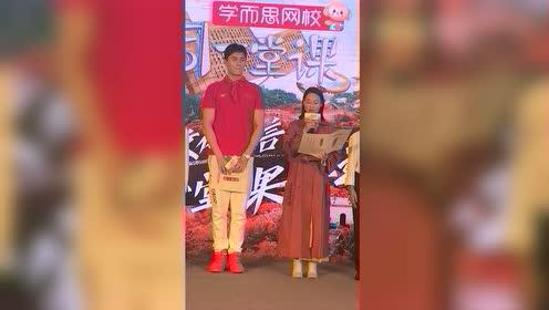 站在红姐旁边的孙杨也太乖巧了,站如松的大白杨