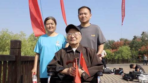 洪泽湖飘千面红旗,92岁老人坐轮椅观看激动流泪:国家强大了