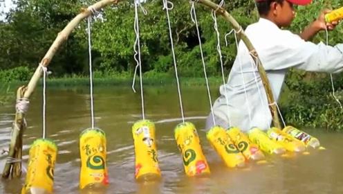 小伙发明独特捕鱼方式,只需塑料瓶就能收获满满,这技术也没谁了