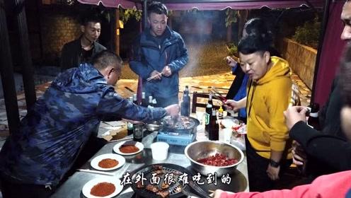 到藏族家访除了品尝藏餐,还可以摘水果,烤牦牛肉