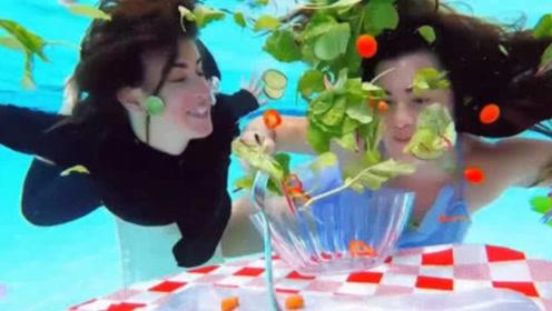 """美女挑战水下吃饭,过程毫无违和感,堪称现实版""""美人鱼""""!"""