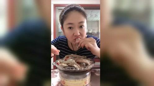 海鲜大姐生吃皮皮虾,皮皮虾居然也能生吃!大姐真是厉害了