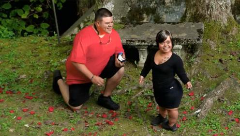 这个男子英俊帅气,体重300多斤,正向自己特别的女友求婚